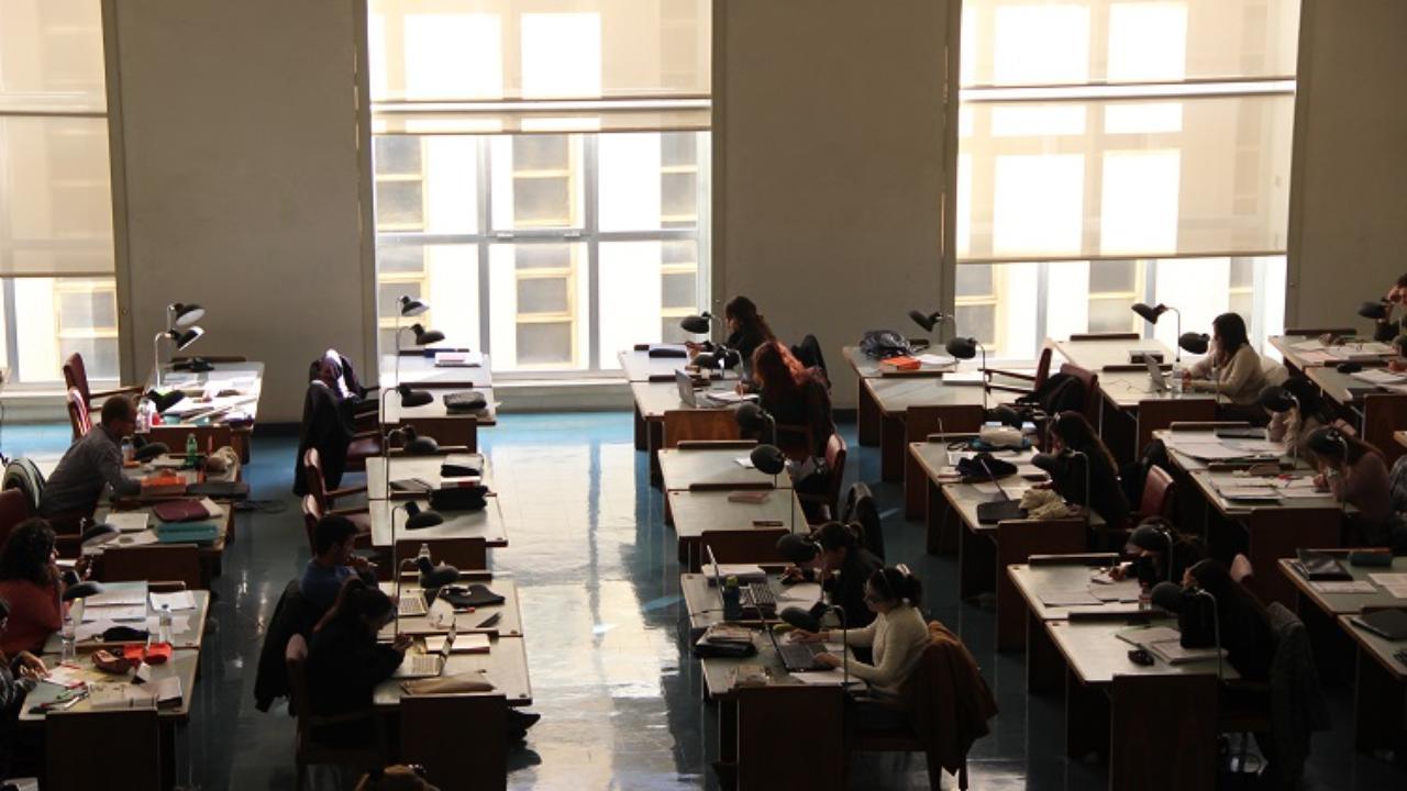 Estudantes na sala da Biblioteca Geral