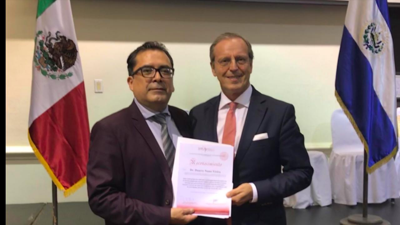 Foto: O Prof. Rene López entrega a Duarte Nuno Vieira, o Diploma de Reconhecimento do Instituto Forense y Pericial de Latinoamerica.