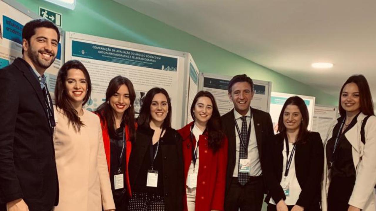 Foto: (direita-esquerda) Adriana Guimarães, Inês Francisco, Francisco do Vale, Mariana Rodrigues e restantes alunos da Pós-graduação em Ortodontia da FMUC