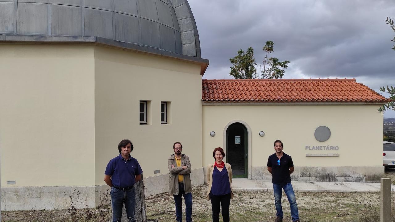 (da esquerda para a direita): José Pinto da Cunha (DF), João Fernandes (DM), Alexandra Pais (DF) e Fernando Carlos Lopes (DCT). Local: Planetário do Observatório Geofísico e Astronómico da Universidade de Coimbra