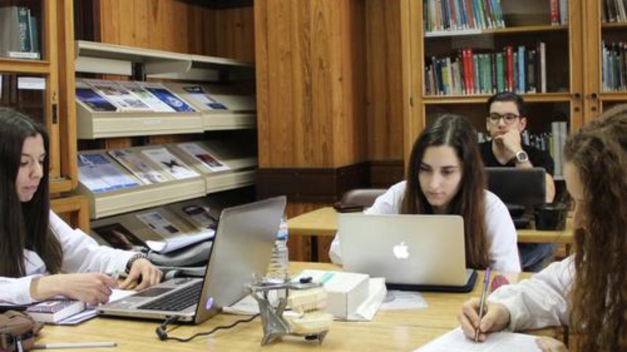 Estudante em ambiente de aulas