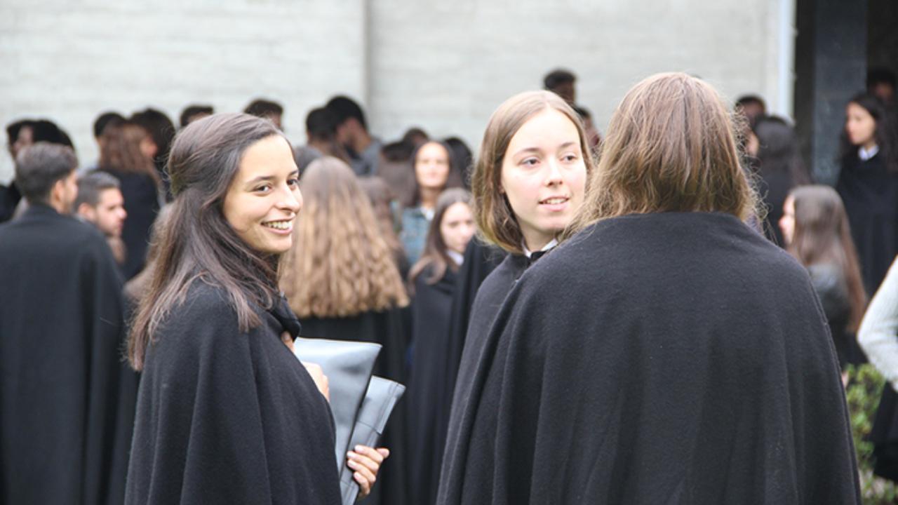 Estudantes com o traje académico da UC