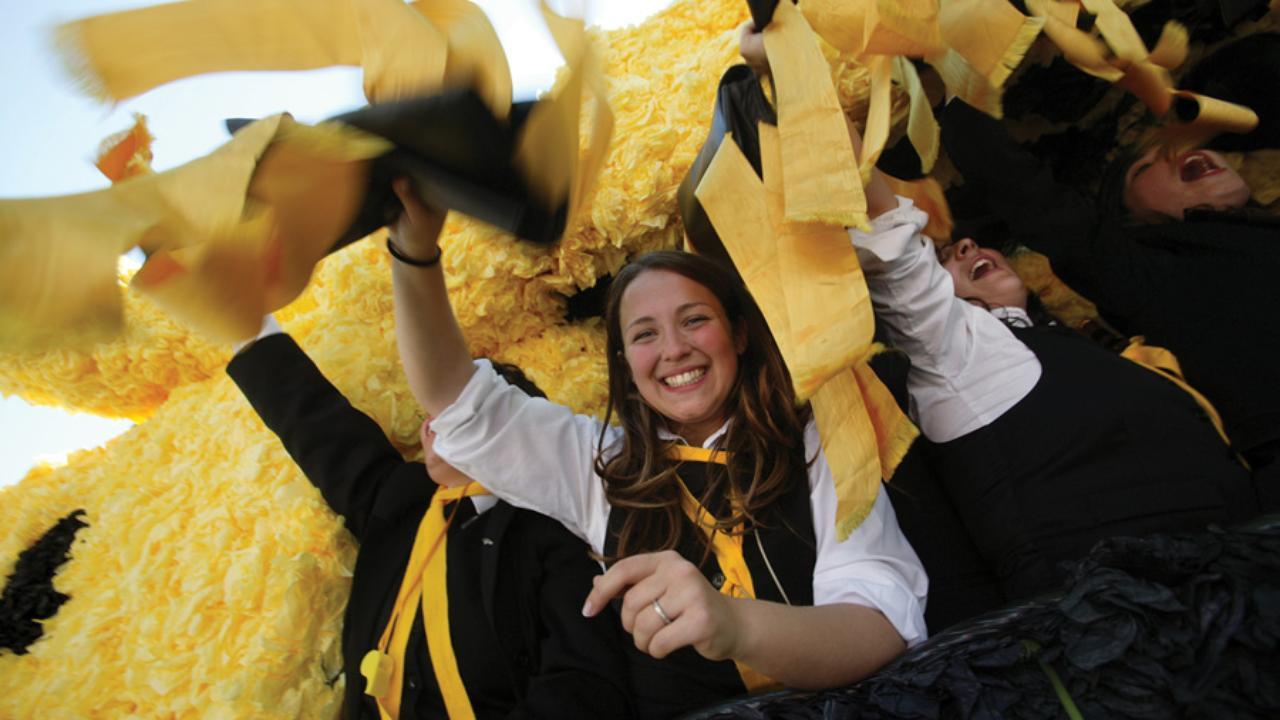 Estudantes trajados em festa académica (fitas amarelas)