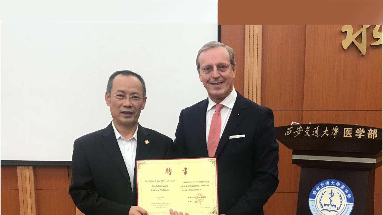 Diretor da Faculdade de Medicina da Universidade de Xi'an Jiaotong, Jianghua Lai, com Duarte Nuno Vieira